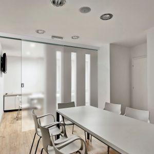 Przesuwna konstrukcja drzwi szklanych Vidrio sprawdzi się zwłaszcza w niewielkich pomieszczeniach. 1168,50 zł (system), od 309,96 zł (tafla szkła). Fot. RuckZuck