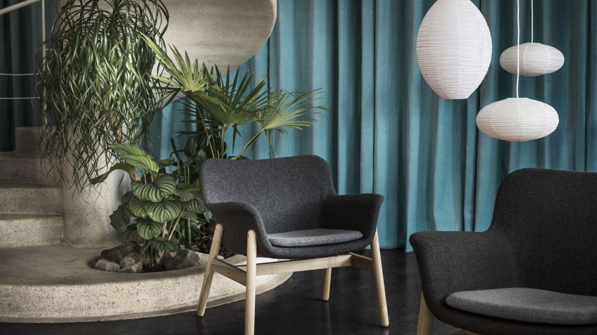 Ciemnoszary fotel Vedbo (wys. 75 cm) z podłokietnikami ma ciekawą inspirowaną stylem retro formę. 699 zł. Fot. IKEA