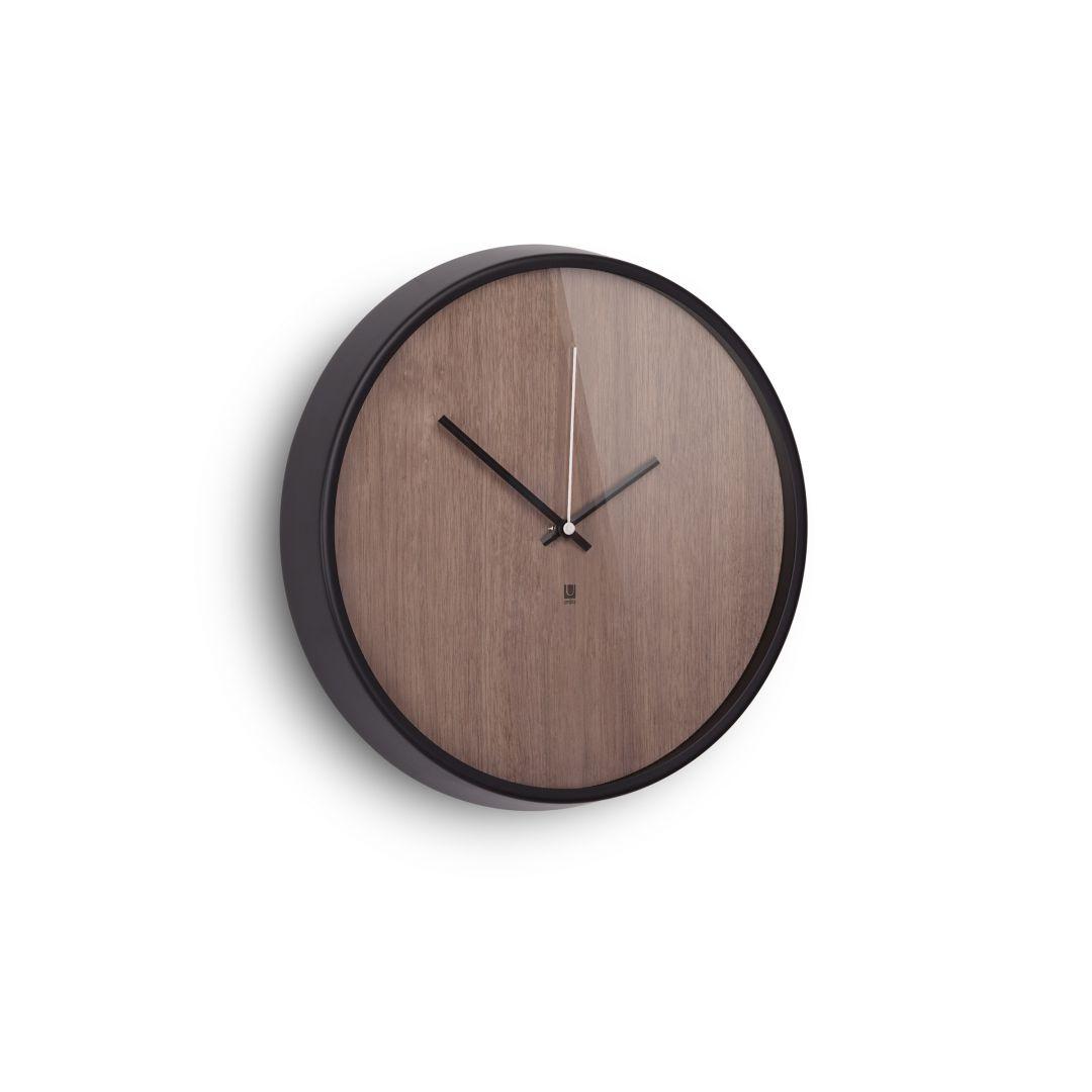 Zegar Madera o okrągłej, jesionowej tarczy w kolorze ciemnego orzecha w aluminiowej obręczy. 258 zł. Fot. Umbra