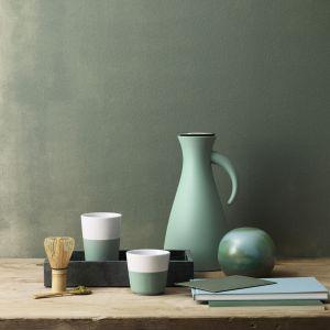 Termos Vaccum Jug oraz porcelanowe kubki Tumbler w nowej odsłonie kolorystycznej Granite green. Fot. Eva Solo