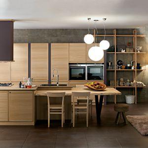 Kuchnia Designa Natural z dużą wyspą kuchenną i stołem. Stylowe ramiaki oraz naturalne drewno dodają jej przytulności. Fot. Zappalarto