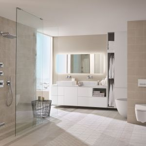 Łazienka w kolorach natury i przycisk spłukujący Geberit Sigma40, który jest wyposażony w funkcję usuwania zapachów bezpośrednio z miski WC.  Fot. Geberit