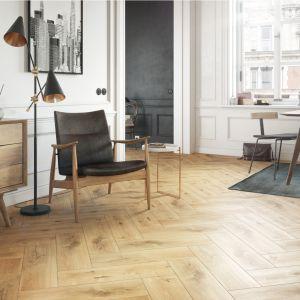 Kolekcja I Love Wood to inspirowane drewnem płytki gresowe, dostępne w 15 kolorach (na zdj. odcień Sanwood Brown). Fot. Cersanit
