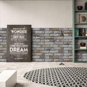 Kamień dekoracyjny Retro Brick Sahara w formie jasnych cegiełek, mieniących się wypalonymi, pustynnymi barwami. Fot. Stone Master