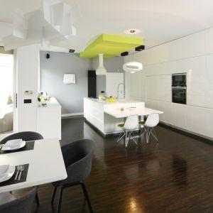 We otwartym wnętrzu najlepiej sprawdzi się styl minimalistyczny, oparty na prostocie zgeometryzowanych form. Projekt: Justyna Smolec. Fot. Bartosz Jarosz