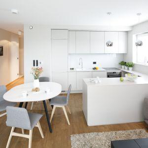 Kuchnia otwarta na salon - piękny projekt wnętrza. Projekt: Katarzyna Uszok-Adamczyk. Fot. Bartosz Jarosz