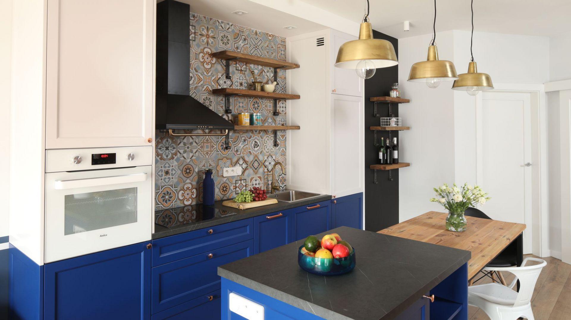 Mała kuchnia w bloku. Projekt: Anna Krzak. Fot. Bartosz Jarosz