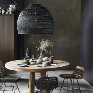 Lampa wisząca Wicker w czarnym kolorze idealnie doświetli stół w jadalni. Fot. HK Living