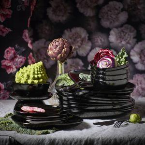 Wykonane z czarnego szkła hartowanego talerze z serii Backig dodadzą aranżacji stołu elegancji. Fot. IKEA