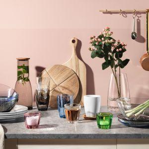 Kolekcja naczyń z kolorowego szkła zaprojektowana przez  Annę Ehrner. Fot. Kosta Boda