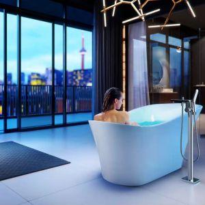 Nastrojowa łazienka: wanna z hydromasażem i chromoterapią Mirage Pearl. Fot. Excellent