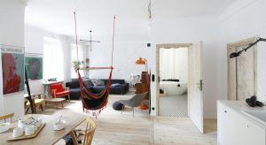 Mieszkanie w przedwojennej kamienicy zyskało nowy wymiar, dzięki wyburzeniu znacznej części wewnętrznych ścian. W ten sposób salon, kuchnię i jadalnię połączono w jedną otwartą przestrzeń.