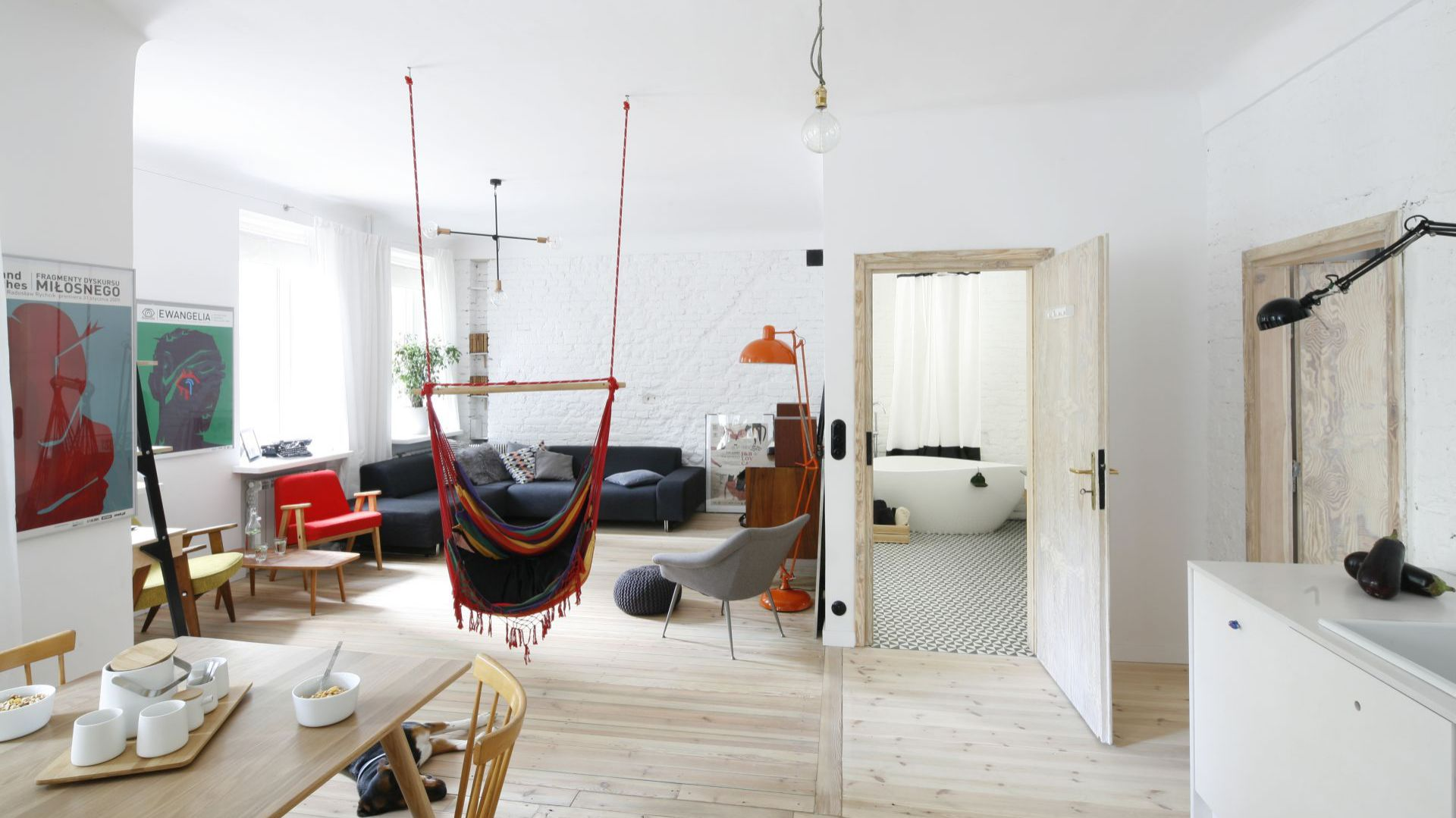 Strefa dzienna: salon, jadalnia i kuchnia. Projekt: arch. wnętrz Ewelina Pik, Modullar. Fot. Bartosz Jarosz