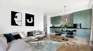 Mieszkanie w Jelitkowie projektu studioLOKO jest minimalistyczne, jednocześnie projektantki postawiły na mocne akcenty. Jest biel i szarość, ale kuchnia w nietypowym zielonym kolorze wybija się zdecydowanie na pierwszy plan całej przestrzeni, by zar