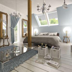 Również w sypialni na poddaszu możemy wyodrębnić strefy. Tu wyraźnie podzielono ją na część sypialną i rekreacyjną z nowoczesnym stolikiem i wygodnym fotelem. Fot. Archeco Dom dla Ciebie