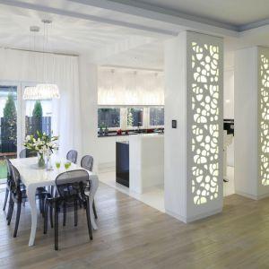 Ciekawym pomysłem na wykonanie ściany są ażurowe panele. Można je zakupić gotowe lub ze zaprojektowanym wzorem, zamówić u stolarza. Projekt: Katarzyna Mikulska-Sękalska. Fot. Bartosz Jarosz