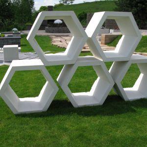 W nowoczesnych projektach ogrodów świetnie sprawdzą się elementy małej architektury: plaster miodu. Fot. Libet