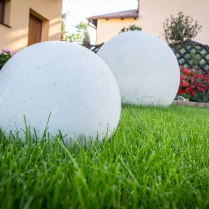W nowoczesnych projektach ogrodów świetnie sprawdzą się elementy małej architektury: kula. Fot. Libet