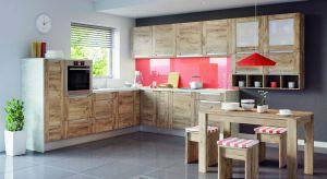 Aranżacje kuchenne nie muszą być pozbawione koloru. Można go wprowadzić na ścinie, całych frontach meblowych, albo... w postaci kolorowych uchwytów.