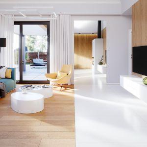 Bezpośrednio z salonu mamy wyjście na piękny, wykończony drewnem taras. Projekt i zdjęcia: Zespół Projektowy HomeKONCEPT