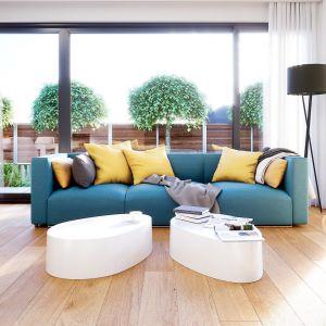 Minimalistyczne wnętrze ocieplone jest drewnem i ożywione kolorowymi meblami. Projekt i zdjęcia: Zespół Projektowy HomeKONCEPT