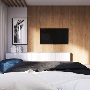 W minimalistycznym wnętrzu sypialni ścianka telewizyjna wykończona drewnem jest dekoracją samą w sobie. Projekt i zdjęcia: Zespół Projektowy HomeKONCEPT