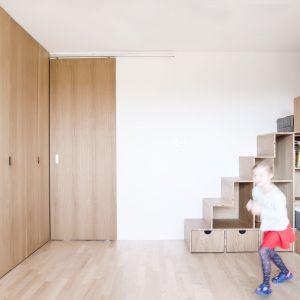Transformację przeszedł przede wszystkim największy pokój, pełniący do tej pory funkcję miejsca rodzinnych spotkań – ale także gabinetu i placu zabaw – który stał się pokojem dziecięcym. Projekt:  Atelier Starzak Strebicki. Fot. Mateusz Bieniaszczyk