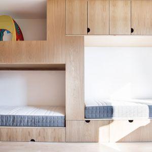 Projekt meblołóżka zakładał wyodrębnienie trzech stref spania rozlokowanych na różnych poziomach.  Projekt:  Atelier Starzak Strebicki. Fot. Mateusz Bieniaszczyk