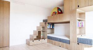 Projekt remontu mieszkania na jednym z poznańskich osiedli podyktowany został chęcią przeorganizowania przestrzeni w taki sposób, aby wszyscy domownicy – dwoje dorosłych i trójka dzieci - mogli w niej zarówno przebywać wspólnie, jak i znaleź�