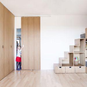 Druga ściana została zabudowana pojemną szafą (podobna znalazła się w sypialni rodziców). Projekt:  Atelier Starzak Strebicki. Fot. Mateusz Bieniaszczyk