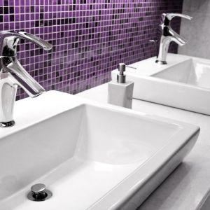 Ultra Violet, zapraszany do łazienek między innymi w postaci nowoczesnych płytek ceramicznych, będzie doskonale współgrał z wybranymi kolorami szerokiego wachlarza fugi Saphir. Fot. Sopro