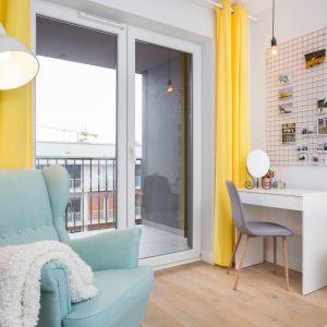 W sypialni na pierwszy plan wychodzą zasłony w intensywnie żółtym kolorze. Projekt: arch. Katarzyna Benko, Och-Ach_Concept. Fot. Och-Ach_Concept