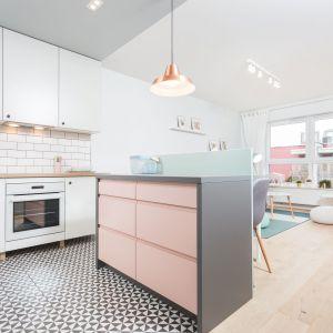 Wyspa od strony kuchni ma kolor pudrowego różu. Projekt: arch. Katarzyna Benko, Och-Ach_Concept. Fot. Och-Ach_Concept