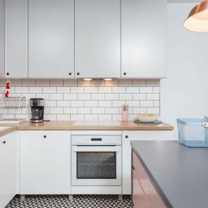 Większość mebli w mieszkaniu zrobiono na wymiar. Projekt: arch. Katarzyna Benko, Och-Ach_Concept. Fot. Och-Ach_Concept