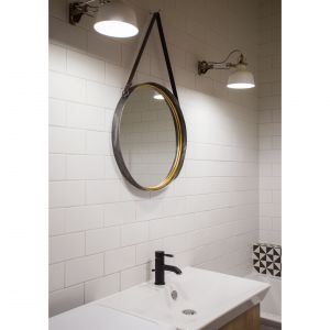W łazience uwagę zwraca okrągłe lustro i lampy. Projekt: arch. Katarzyna Benko, Och-Ach_Concept. Fot. Och-Ach_Concept