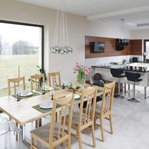 Kuchnia otwarta na jadalnię i salon to jedno z najczęściej stosowanych rozwiązań w polskich domach. Projekt: Piotr Stanisz. Fot. Bartosz Jarosz