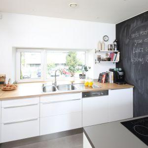 Farba tablicówka to idealne rozwiązanie do kuchni, z której korzystają dzieci. Fot. Bartosz Jarosz