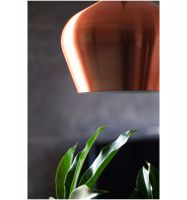 Piękna miedziana lampa nad stołem w jadalni. Projekt: studioLOKO. Foto: Karolina Chęcińska