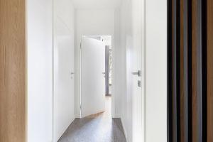 Korytarz prowadzący do apartamentu. Projekt: studioLOKO. Foto: Karolina Chęcińska