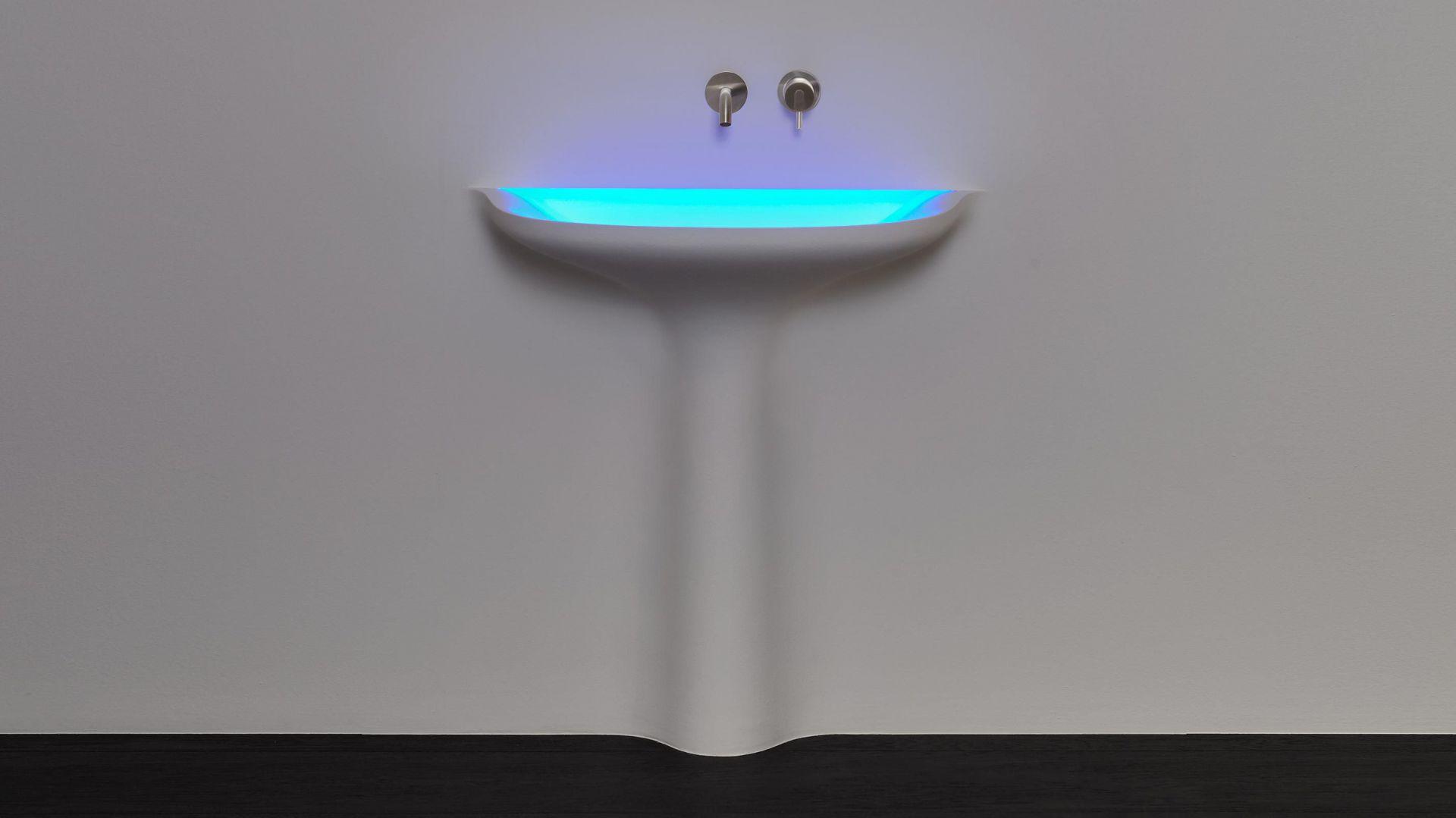 Designerska umywalka autorstwa Antonio Lupi. Można odnieść wrażenie, że umywalka niejako wynurza się ze ściany. Taki efekt osiągnięto dzięki wmurowaniu w ścianę i pomalowania jej na ten sam kolor. Fot. Studio Forma 96