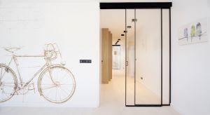 Biel, czerń, szarość, zaledwie kilka elementów z drewna i bardzo stonowane dekoracje. Ten lrakowski apartament to kwintesencja minimalizmu.