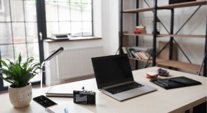 Coraz więcej Polaków decyduje się na zaadaptowaniu na przestrzeń biurową części swojego domu lub mieszkania. Przy tym wszystkim warto pamiętać o kilku zasadach, które umilą i ułatwią nam pracę.