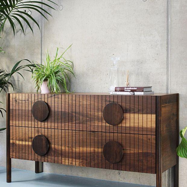 Drewniane meble: zobacz piękną komodę