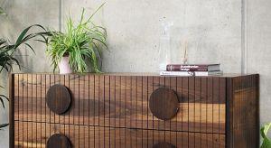 Komoda XO w podstawowej wersji wykonana jest w całości z litego drewna orzecha amerykańskiego wykończona olejem duńskim - opcjonalnie do wyboru wersja dębowa.