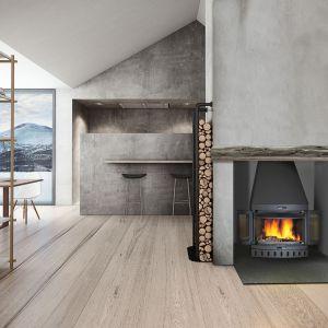 Jøtul I 400Panorama charakteryzuje się dużą panoramiczną przeszkloną powierzchnią umożliwiającą doskonały widok na płonące polana. Jøtul I 400Panorama posiada jasne wnętrze co sprawia, że wygląda atrakcyjnie nawet wówczas gdy nie pali się w nim ogień. Fot. Jøtul