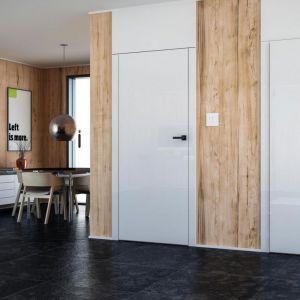 Drzwi PŁASKIE bezprzylgowe w okleinie z kolekcji GLOSSA white glossa oraz z drzwiami z odwrotną przylgą. Fot. Inter Door