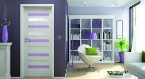 Fioletowa narzuta, podkładki na stół, poszewki na poduszki, świeczki, zasłony…pomysły są właściwie niewyczerpane. Więc możemy też wybrać drzwiz akcentami w tym kolorze.