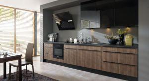 Meble kuchenne na jedną ścianę to doskonałe rozwiązanie nie tylko małych wnętrz. Doskonale sprawdzą się także w dużych, przestronnych kuchniach otwartych na salon. W tego typu pomieszczeniach warto uzupełnić je wyspą kuchenną.