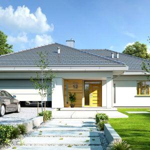 Rzut budynku został oparty na planie litery T. Bryła przekryta jest łagodnym wielospadowym dachem. Projekt: arch. Michał Gąsiorowski. Fot. MG Projekt