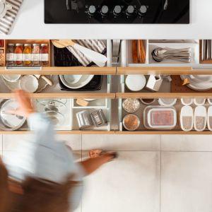 Funkcjonalne rozwiązania do małych mieszkań: szuflady-sortowniki. Fot. Häfele